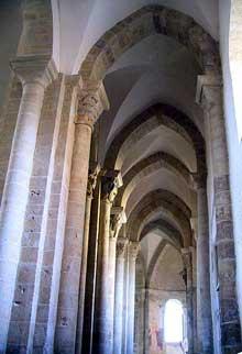 Saint Révérien (Nièvre): l'église prieurale: le chœur et le déambulatoire sur voûte d'arêtes brisées