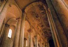 La superbe nef en berceau plein cintre de l'abbatiale de Saint Savin sur Gartempe dans la Vienne