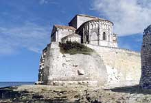 Talmont (Charente Maritime): l'église sainte Radegonde. Le chevet