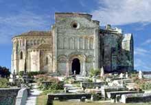 Talmont (Charente Maritime): l'église sainte Radegonde. Le chevet et le flanc nord