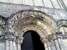 Talmont (Charente Maritime): l'église sainte Radegonde. Voussures du portail central de la façade du transept nord