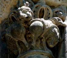 Toulouse (Haute Garonne): basilique saint Sernin. Façade occidentale, porte Miégeville: chapiteau