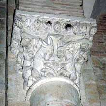 Toulouse (Haute Garonne): basilique saint Sernin: chapiteau de la nef: loups attaquant des chèvres