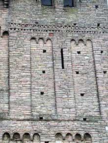 Tournus (Saône et Loire): abbatiale saint Philibert. La façade occidentale; détail de l'appareil et du décor
