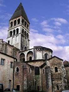 Tournus (Saône et Loire): abbatiale saint Philibert. Le chevet et la tour de croisée