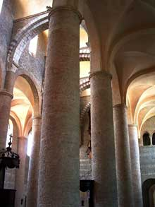 Tournus (Saône et Loire): abbatiale saint Philibert. Vue du collatéral nord vers la nef