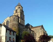 Uzerche (Corrèze): église abbatiale saint Pierre. Flanc sud et façade occidentale
