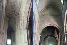 Vaison la Romaine (Vaucluse): la cathédrale Notre Dame de Nazareth. La nef et le bas côté nord avec sa voûte rampante