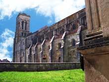 Vézelay  (Yonne), basilique sainte Madeleine. Côté sud de l'abbatiale et tour saint Michel