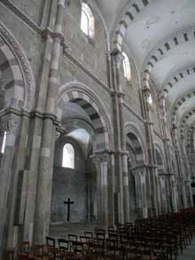 Vézelay  (Yonne), basilique sainte Madeleine. La nef, élévation.