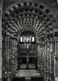 Vézelay  (Yonne), basilique sainte Madeleine. La nef vers le narthex