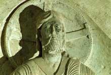 Vézelay (Yonne), basilique sainte Madeleine. Portail central du narthex et tympan de la Pentecôte. Détails du Christ en gloire dans sa mandorle
