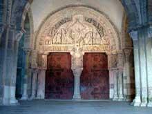 Vézelay  (Yonne), basilique sainte Madeleine. Portail central du narthex et tympan de la Pentecôte. Vue générale