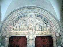 Vézelay (Yonne), basilique sainte Madeleine. Portail central du narthex et tympan de la Pentecôte. Vue du tympan: le Christ en gloire dans sa mandorle entouré de ses apôtres