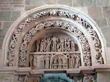 Vézelay (Yonne), basilique sainte Madeleine. Portail nord du narthex: scènes de la vie du Christ: apparition aux apôtres, cène, retour des disciples à Jérusalem