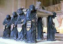 Pierre Antoine Le Moiturier (1425-1497): Tombeau de Philippe Pot (1428-1493), grand sénéchal de Bourgogne. Les pleurants, porteurs de la dalle sur laquelle repose l'effigie du chevalier, illustrent, par les blasons qu'ils tiennent, les huit quartiers de noblesse du défunt. Philippe Pot est nommé gouverneur de Bourgogne par LouisXI, après avoir servi Charles le Téméraire, qu'il abandonne pour se rallier au roi. Il fait préparer son monument de son vivant, entre 1477 et 1483 dans l'abbatiale de Cîteaux, au coeur de la Bourgogne. Paris, musée du Louvre.  (Histoire de l'art - Quattrocento