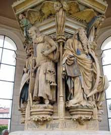 Claus Sluter (1350-1406). Le puits de Moïse. Moïse et Isaïe. (1395ss) Symbole de la source de vie, le Puits de Moïse était le socle d'un calvaire placé au milieu du bassin du grand cloître de la chartreuse de Champmol, près de Dijon.. Six grandes statues de Moïse et des prophètes y sont représentées. Chacun des prophètes adopte une attitude exprimant son affliction devant la Passion du Christ. Chartreuse de Champmol