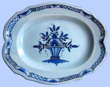 Rouen. Grand plat en faïence à décor de panier fleuri à camaïeu de bleu, sur un fond clair légèrement bleut