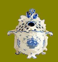 Bouquetière couverte en faïence de Moustiers décorée en camaïeu bleu d'un panier fleuri à l'imitation de faïence de Rouen. 28cm. XVIII°siècle
