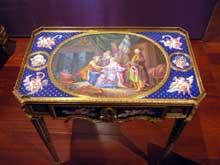 Martin Carlin: table d'écriture (1772), Paris. Chêne, bois exotiques, porcelaine de Sèvres, laiton et bronze. Lisbonne, fondation Gulbenkian