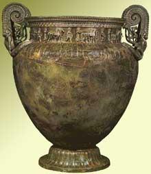 Le cratère de Vix. cratère à volutes en bronze d'une contenance de 1100litres; art de Grande Grèce, vers 530 avant JC. 124cm, 208kgs. Découvert à Vix en Côte d'or en 1953. Musée de Châtillon sur Seine. (Art grec)