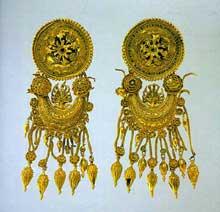 Boucles d'oreilles à pendentifs provenant de Kul Oba en Crimée. Or, 10 cm. vers 350 avant JC. Saint-Pétersbourg, musée de l'Hermitage. (Art grec)