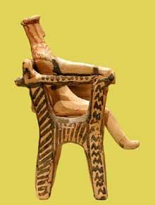 Statuette attique en terre cuite assise dans un fauteuil. Géométrique Moyen II .800-750 avant J.C. New York, Metropolitan Museum of Art. (Art grec)