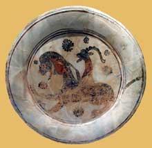 Assiette en terre cuite représentant Bellérophon chevauchant Pégase et tuant la monstrueuse Chimère. Style protoattique, entre 590 et 570 avant J.C. New York, Metropolitan Museum of Art.  (Art grec)