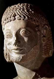 Le cavalier Rampin: la tête du Louvre. Vers 550. Marbre avec traces polychromes. Hauteur de la tête: 27cm. Paris, Musée du Louvre. (Art grec)