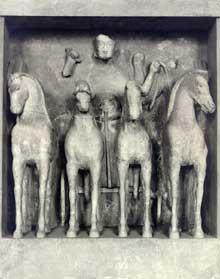 Sélinonte, temple C. Métope du Quadrige. Vers 540 avant JC. Calcaire, hauteur: 147 cm. Palerme Musée Natinal. (Art grec)