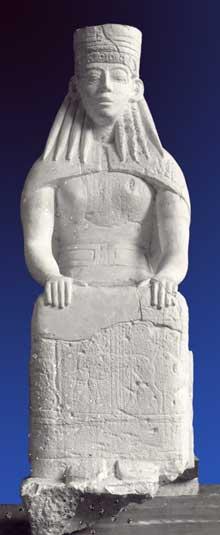 Prinias: divinité assise sur le linteau du temple de Prinias. Vers 650 av JC. Musée d'Héraklion. (Art grec)