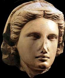 Sanctuaire d'Aphrodite à Arsos: tête de femme. Vers 300 -200 avant JC. Calcaire. (Art grec)