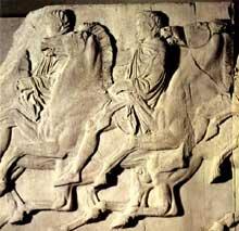 Phidias: Athènes, le Parthénon: frise ionique nord, partie ouest: plaques XXXVI-XXXVIII, deux cavaliers; marbre du Pentélique, hauteur: 106cm. Vers 447 -432 avant JC. Londres, British Museum. (Art grec)