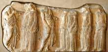 Phidias: Athènes, le Parthénon: frise ionique est, partie nord: groupe des Ergastines. 447-432 avant JC. Marbre du Pentélique, 106cm. Paris, musée du Louvre. (Art grec)