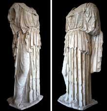 Phidias: Cette statue colossale d'époque impériale romaine appartient à une série de répliques d'Athéna proches du style de Phidias. Paris, Musée du Louvre, Galerie de Melpomène. (Art grec)