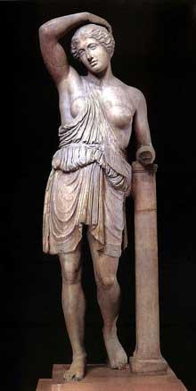 Polyclète d'Argos: Amazone «du type Sciarra». Copie en marbre de l'époque de Tibère trouvée en 1868 dans les jardins de la villa de Salluste à Rome. Original en bronze, œuvre de Polyclète, datant de 440-430 avant JC. Hauteur: 202cm. (Art grec)