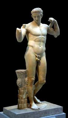 Polyclète d'Argos: le «Diadumène» (athlète ceignant sa tête du bandeau de la victoire). Copie romaine (v. 69-96 après J.-C.) d'un original en bronze de 430 av. JC. Marbre; hauteur: 185 cm. New York, Metropolitan Museum of Art. (Art grec)