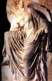 La Victoire ajustant sa sandale. Parapet du temple d'Athéna Nikê. Vers 420-400. Marbre, 101cm. Athènes, Musée de l'Acropole. (Art grec)