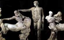 Temple de Zeus à Olympie: fronton ouest le la centauromachie: groupe central: Apollon apaise les centaures; à gauche une jeune Lapithe repousse un centaure; à droite une femme Lapithe tente de se débarrasser de l'étreinte du centaure. Vers 460 avant JC. Musée d'Olympie. (Art grec)