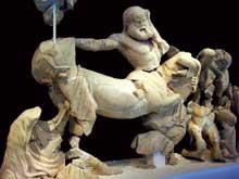 Temple de Zeus à Olympie: fronton ouest le la centauromachie: centaure repoussé par une femme Lapithe: détail. Vers 460 avant JC. Musée d'Olympie. (Art grec)