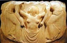 Le trône Ludovisi: panneau central: la naissance d'Aphrodite. Sans doute œuvre d'un atelier de Locres Epizéphyréenne. Vers 470-460. Hauteur moyenne: 85 cm. Museo Nazionale Romano. (Art grec)