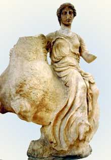 Epidaure, temple d'Asklépios: Naïade sur le dos d'un cheval, acrotère. Attribué à Timothéos. 340 avant JC. (Art grec)