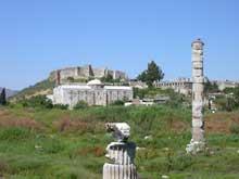 Ephèse: l'emplacement et les ruines éparses de l'Artémision hellénistique reconstruits après l'incendie de 356. Au fond, la mosquée. (Art grec)