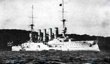 Le SMS Gneisenau, coulé lors de la bataille des Falklands. Cette même bataille voit la mort de l'amiral Graf von Spee (1861-1914), coulé à bord du SMS Scharnhorst