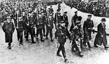 Kiel 5 ou 6 novembre : manifestations de marins. A l'extrême gauche, Gustave Noske
