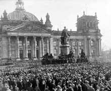 9 novembre 1918 : une foule énorme est rassemblée devant le Reichstag de Berlin. A 14 heures, Philip Scheidemann proclame la République