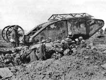 Les premiers « tanks » britanniques apparaissent lors de la Bataille de la Somme
