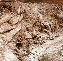 Verdun. Cote 304. Tués dans la tranchée. La côte ne sera reprise par les Français qu'en octobre 1917