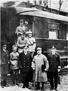 Rethondes, 11 novembre 1918. De gauche à droite au premier rang : Capitaine Marriott, Weygand, Amiral Sir R. Wemyss, Maréchal Foch et Contre Amiral G. Hope