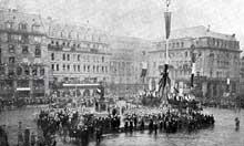 Fêtes du 9 décembre 1918 à Strasbourg. Le Président de la République dépose une gerbe de roses devant la statue de Kléber. Source : L'Illustration - l'album de la guerre 1914-1919